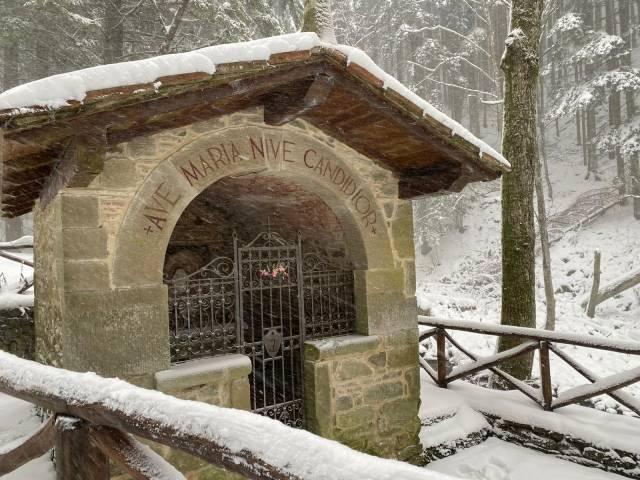 cappellina della Madonna della neve sulla strada per L'Eremo di Camaldoli.jpg