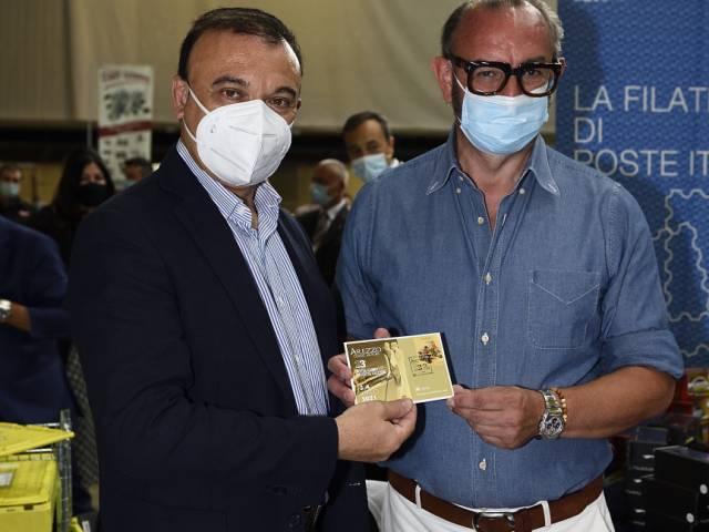 Annullo filatelico_da sx Fabio Gregori, responsabile di CAFilatelia di Posteitaliane e organizzatore manifestazione Stefano Sangalli.JPG