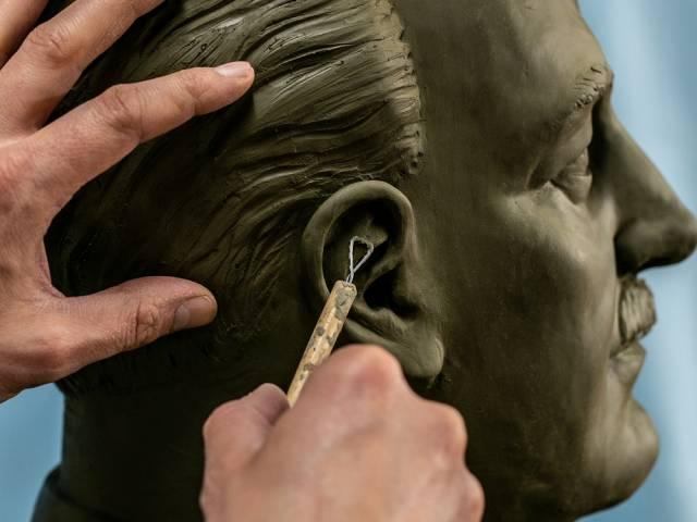 momento della lavorazione della scultura dedicata a Giannini.jpg